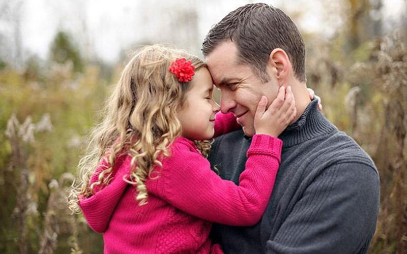 Сексуальные поцелуи отца и дочки
