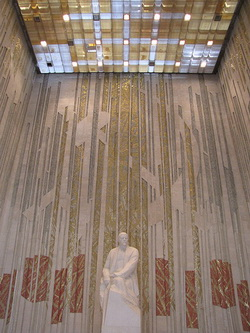 В нём расположен научный отдел, а также Ленинский торжественный зал, также квадратный в плане, с высотой потолка 17...