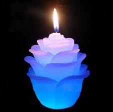 Поставьте перед собой зажженную свечу, сядьте перед ней на пол в позе лотоса или какой-либо другой удобной позе.